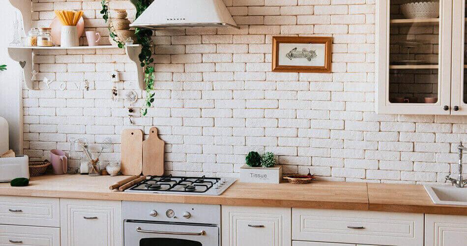 cocina-clasica-blanca-encimera-madera