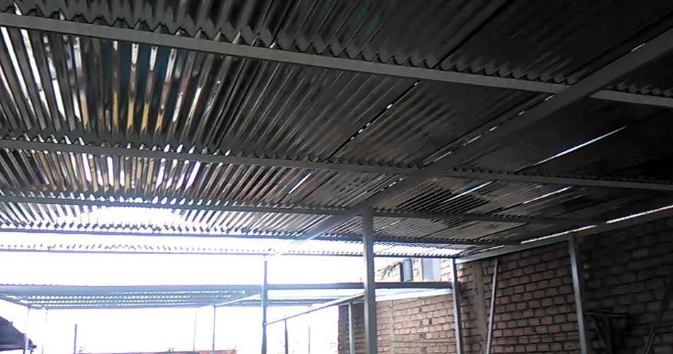 techo de acero plateado