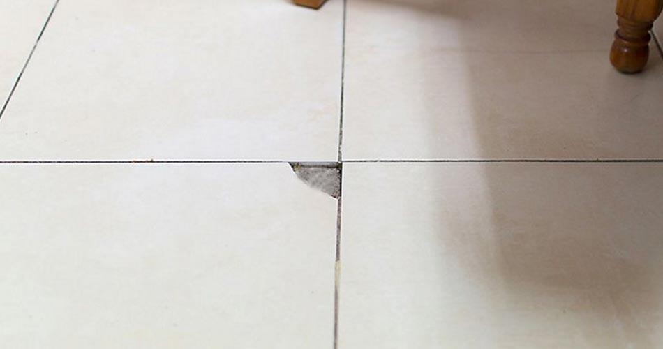 reparar azulejo roto en el piso